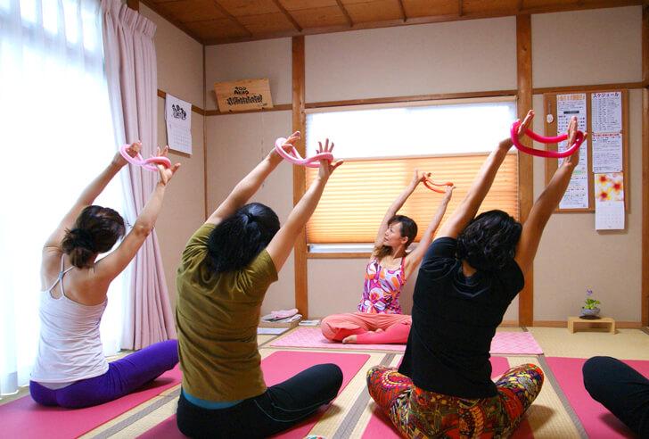 体が硬い人も安心のヨガ「サロンAkiko」 (3)