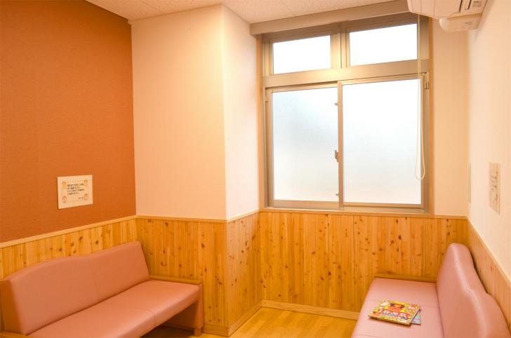 「プレイルーム」のすぐ隣に『授乳室』