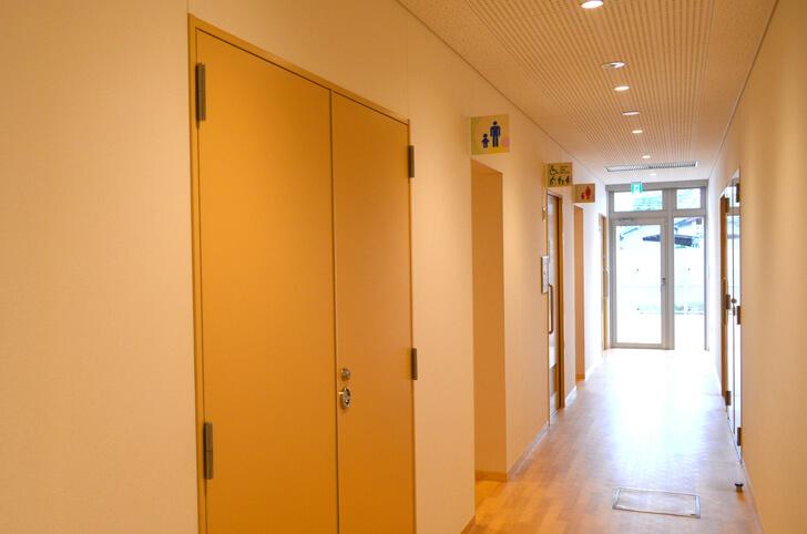 「プレイルーム」のすぐ隣に『トイレ』があります。