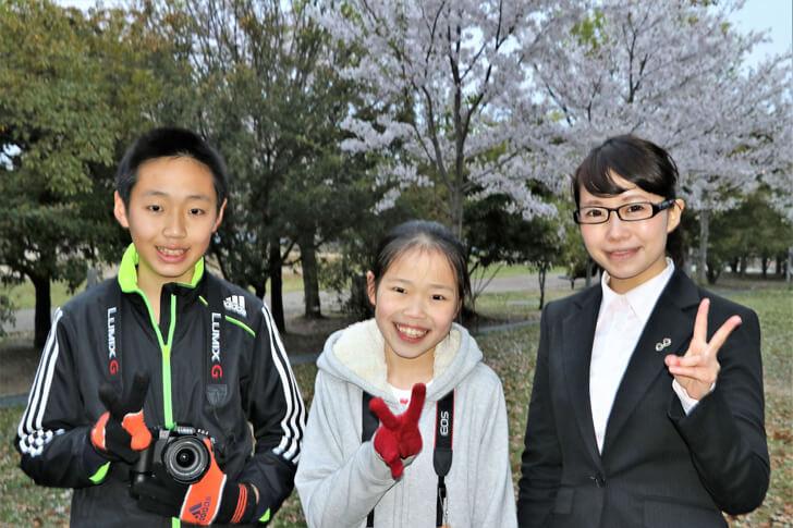 『三関王』リポーターの澤井里依さんと一緒に写真撮影