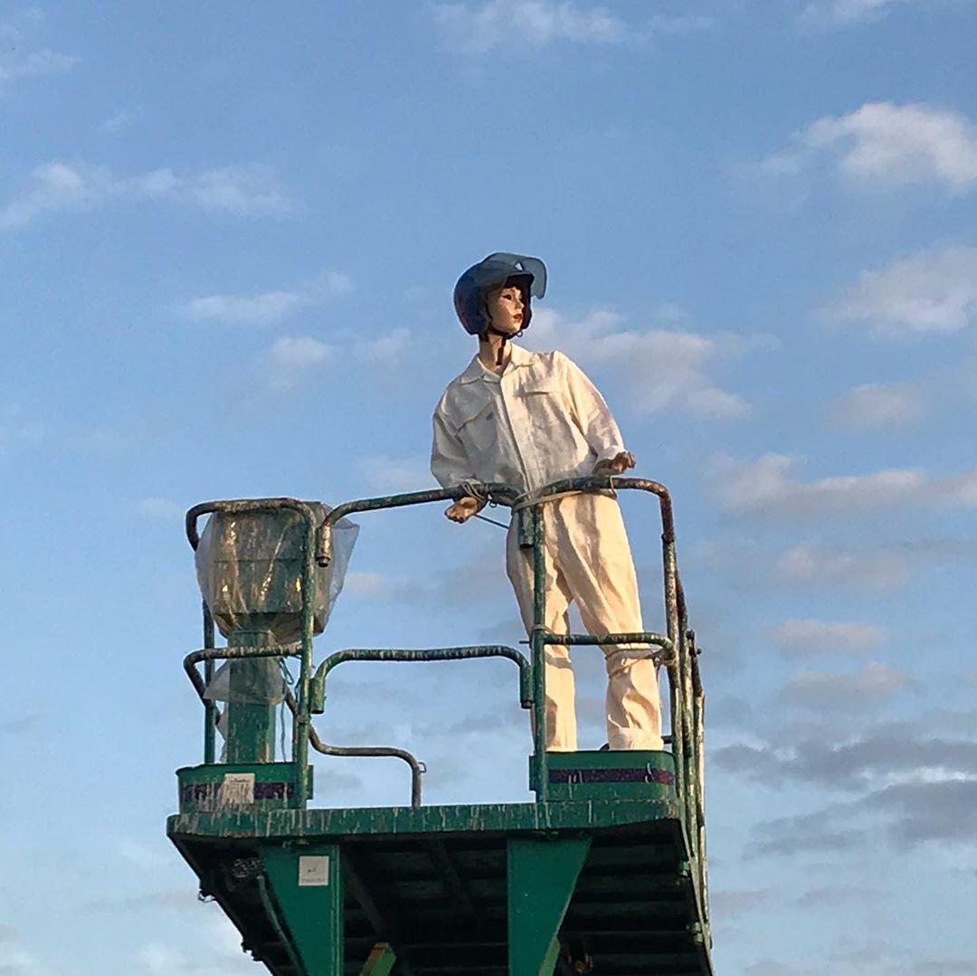 狭山池通りを見守る「狭山レンタリース」看板近くの女性マネキン