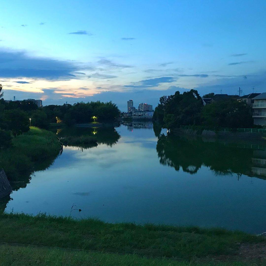 鏡のようにその日の空を映す副池