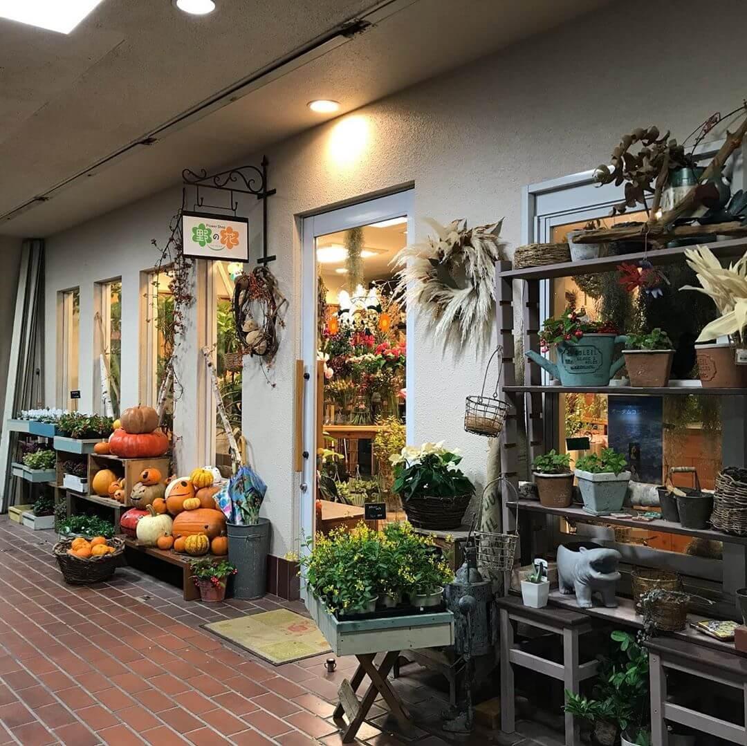 狭山駅の西側出入り口にお花屋「フラワーショップ野の花(ののか)」