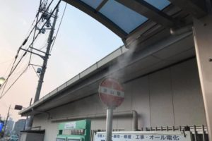 【猛暑対策】バス停に「微細ミスト装置」が設置されていました! (1)