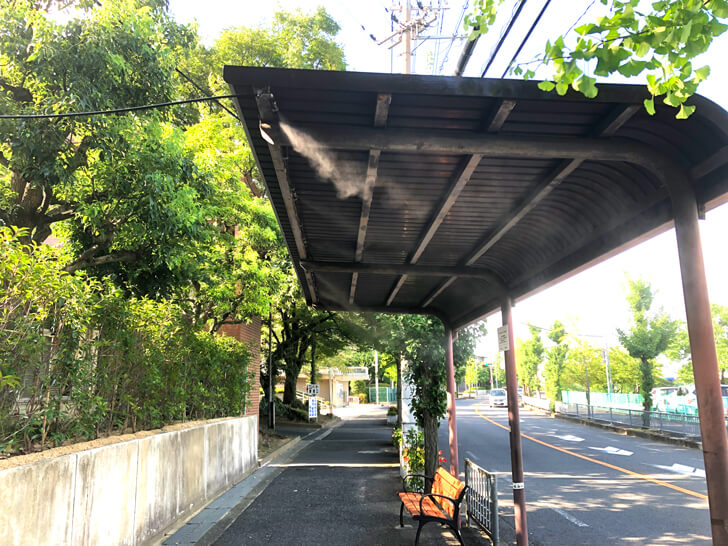 【猛暑対策】バス停に「微細ミスト装置」が設置されていました!! (1)